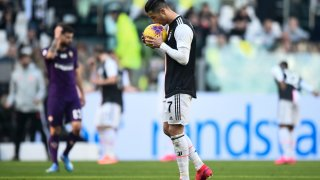 TURÍN, ITALIA - 2 DE FEBRERO DE 2020: Cristiano Ronaldo de Juventus FC besa el balón antes de un tiro penal durante el partido de fútbol de la Serie A entre Juventus FC y ACF Fiorentina.