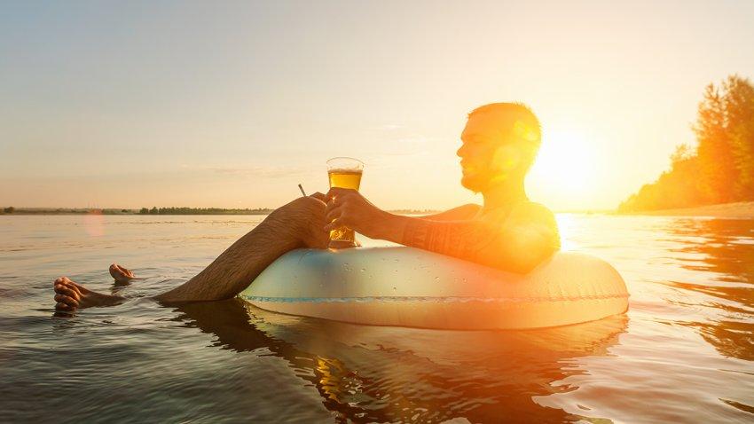 Hombre relajado en el río