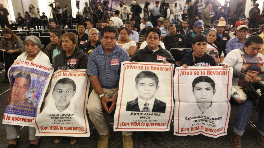 Familiares de estudiantes de Ayotzinapa desaparecidos.