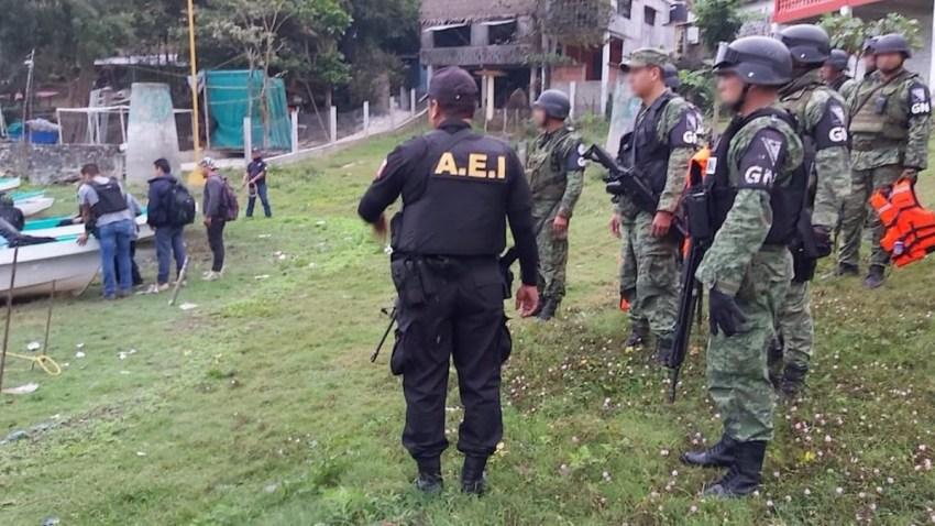 Agentes recuperan restos humanos en Mil Islas, Oaxaca.