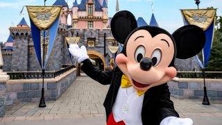 Disneyland Resort en Anaheim, California, pospuso planes para una reapertura gradual en julio, a la espera de las aprobaciones de los gobiernos estatales y locales.