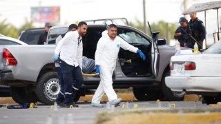 Peritos en escena de crimen en México