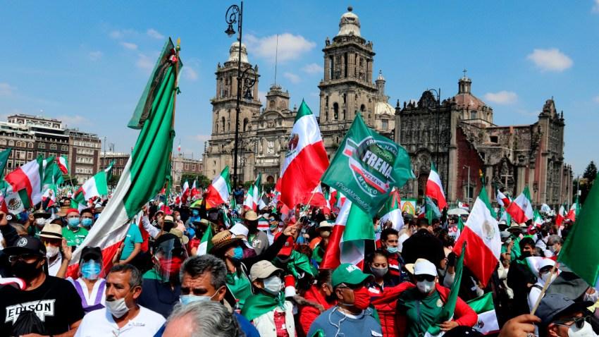 Opositores a AMLO con banderas mexicanas en el Zócalo