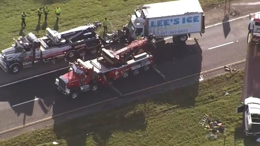 Camión volcado provoca cierre de la autopista 429