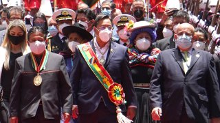 El nuevo presidente de Bolivia, Luis Arce, camina junto al vicepresidente David Choquehuanca tras ceremonia de juramentación.