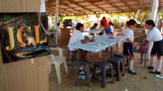 Niños en improvisada escuela en Sinaloa