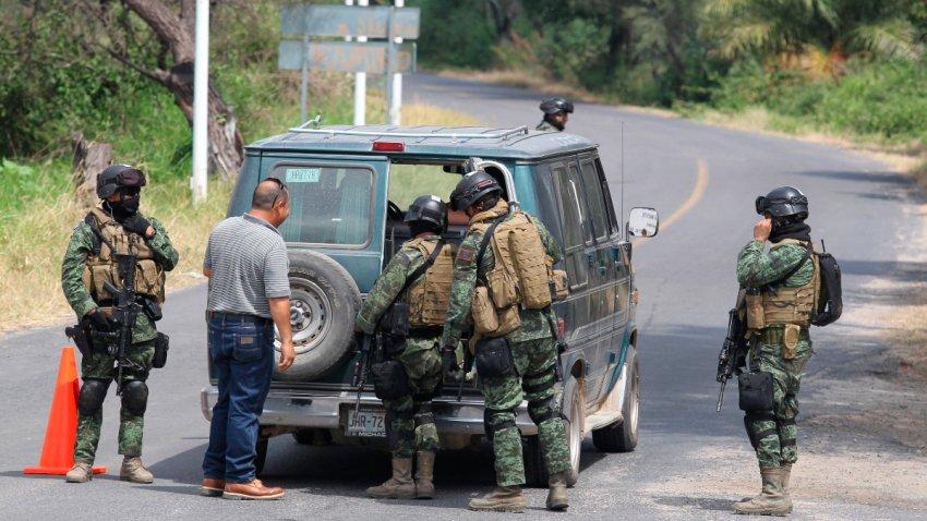 Militares revisan a un hombre y una camioneta en un operativo contra el Cártel Jalisco