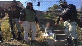 Militares mexicanos acompañan a una niña migrante que rescataron del Río Bravo