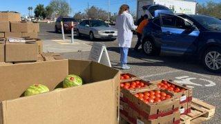 Ofrecen cajas de comida y pruebas para detectar COVID-19 en Maryvale