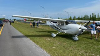Avioneta aterriza de emergencia a un lado de la carretera en Lakeland