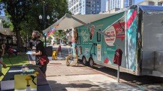 Tráiler de vacunación móvil llega a panadería en Orlando