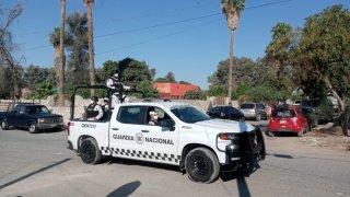 Fotografía de un vehículo de la Guardia Nacional de México en donde viajan varios agentes armados