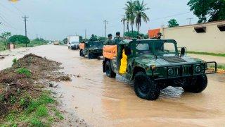 Vehículos militares que apoyan a las comunidades inundadas en Oaxaca