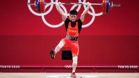 Gana el oro en halterofilia cargando 141 kilos ¡En un solo pie!