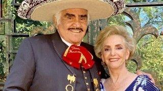 Vicente Fernández vestido de charro junto a su esposa Cuquita Abarca