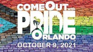 Desfile de orgullo LGBTQ+ en downtown Orlando